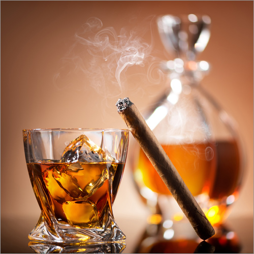 Vinilo para la pared Cigar on glass of whiskey with ice cubes
