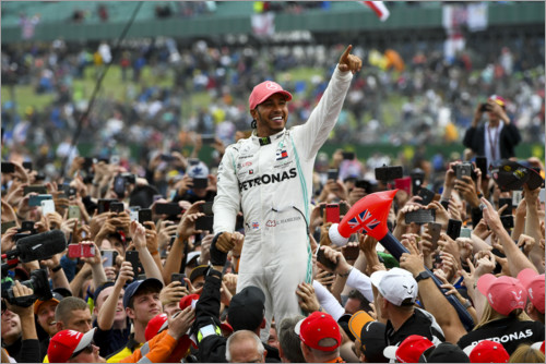 Póster Winner Lewis Hamilton crowd surfing with fans, Silverstone 2019