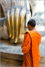 Vinilo para la pared  Monk praying in front of Buddha Hand - Matteo Colombo