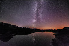 Vinilo para la pared  Nightscape at small mountain lake at Legler mountain hut with galaxy  Glarus, Switzerland - Peter Wey