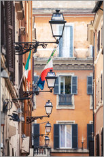 Cuadro de plexi-alu  Street in the centre of old town with italian flags, Rome, Italy - Matteo Colombo