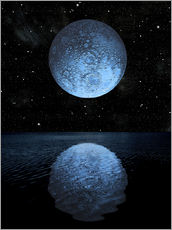 Cuadro de plexi-alu  A blue moon rising over a calm alien ocean with a starry sky as a backdrop. - Marc Ward