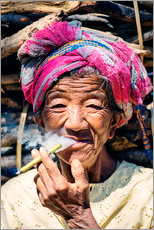 Cuadro de plexi-alu  Portrait of old woman smoking cigar, Myanmar, Asia - Matteo Colombo