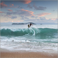 Cuadro de plexi-alu  Surfing at sunset in paradise - Alex Saberi