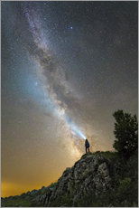 Cuadro de plexi-alu  Man shining a flashlight on the Milky Way from atop a mountain in Russia. - Yuri Zvezdny