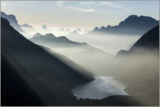 Vinilo para la pared  Mist on peaks of Dolomites and Monte Civetta seen from Cima Belvedere at dawn, Val di Fassa, Trentin - Roberto Moiola