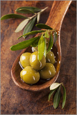 Vinilo para la pared  Spoon with green olives on a wooden table - Elena Schweitzer