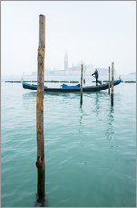 Vinilo para la pared  Gondolier with his gondola on the water in Venice in fog - Jan Christopher Becke