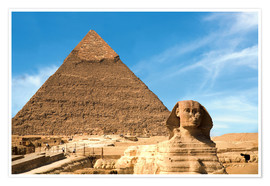Póster  The Sphinx sits before the Great Pyramid of Khufu - Miva Stock