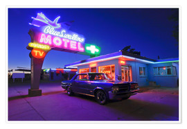 Póster  The famous Blue Swallow Motel in Tucumcari at night - Julien McRoberts