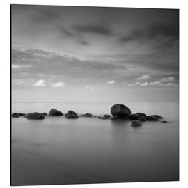 Cuadro de aluminio  Stones on the sea beach - black and white - Frank Herrmann