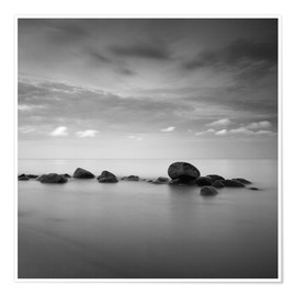 Póster Stones on the sea beach - black and white