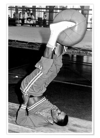 Póster  Joe Frazier during training with a medicine ball