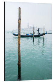 Cuadro de aluminio  Gondolier with his gondola on the water in Venice in fog - Jan Christopher Becke