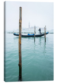 Lienzo  Gondolier with his gondola on the water in Venice in fog - Jan Christopher Becke