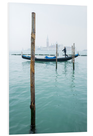 Cuadro de PVC  Gondolier with his gondola on the water in Venice in fog - Jan Christopher Becke