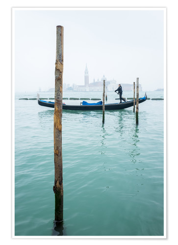 Póster Gondolier with his gondola on the water in Venice in fog