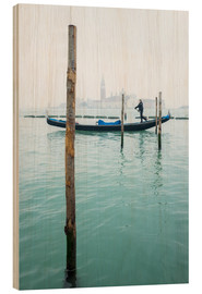 Cuadro de madera  Gondolier with his gondola on the water in Venice in fog - Jan Christopher Becke
