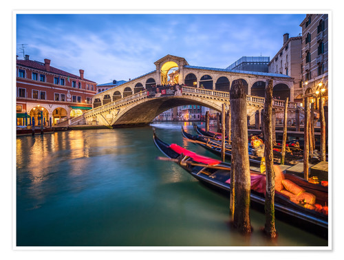 Póster Rialto Bridge in Venice Italy at night