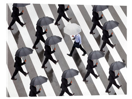 Cuadro de metacrilato  Man with umbrella and suit runs as a loner against the tide - Jan Christopher Becke