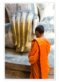 Póster  Monk praying in front of Buddha Hand - Matteo Colombo