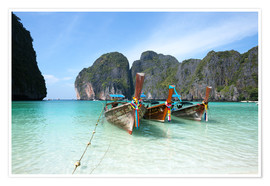 Póster  Long tail boats at Maya bay beach, Phi Phi island, Thailand - Matteo Colombo