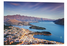 Cuadro de PVC  Queenstown illuminated at dusk and lake Wakatipu, Otago, New Zealand - Matteo Colombo