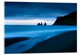 Cuadro de metacrilato  Twilight view towards rock stacks at Reynisdrangar off the coast at Vik, South Iceland, Iceland, Pol - Lee Frost