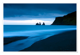 Póster Twilight view towards rock stacks at Reynisdrangar off the coast at Vik, South Iceland, Iceland, Pol