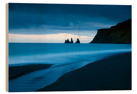 Cuadro de madera  Twilight view towards rock stacks at Reynisdrangar off the coast at Vik, South Iceland, Iceland, Pol - Lee Frost