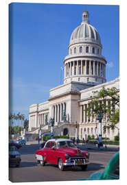 Lienzo  Traditonal old American cars passing the Capitolio building, Havana, Cuba - Martin Child
