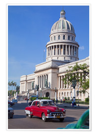 Póster  Traditonal old American cars passing the Capitolio building, Havana, Cuba - Martin Child