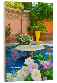 Cuadro de madera  Fountain and flowers in the Majorelle Gardens (Gardens of Yves Saint-Laurent), Marrakech, Morocco, N - Matthew Williams-Ellis