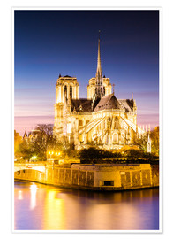 Póster Notre Dame cathedral on the river Seine, illuminated at dusk, Paris