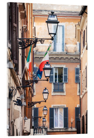 Cuadro de metacrilato  Street in the centre of old town with italian flags, Rome, Italy - Matteo Colombo