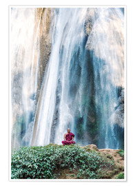 Póster  Monk meditating at a waterfall - Matteo Colombo
