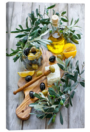 Lienzo  Green and black olives with bottle of olive oil