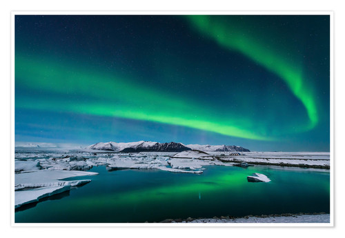 Póster The northern lights dance over the glacier lagoon in Iceland.