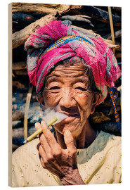 Cuadro de madera  Portrait of old woman smoking cigar, Myanmar, Asia - Matteo Colombo