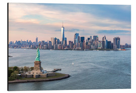 Aluminio-Dibond  Aerial view of Statue of Liberty and World Trade Center at sunset, New York city, USA - Matteo Colombo