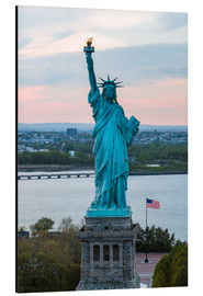 Cuadro de aluminio  Aerial view of the Statue of Liberty at sunset, New York city, USA - Matteo Colombo