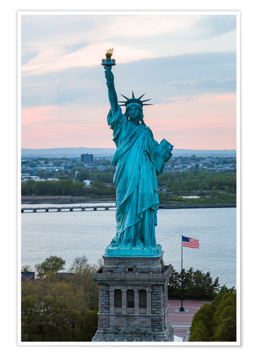 Póster Aerial view of the Statue of Liberty at sunset, New York city, USA