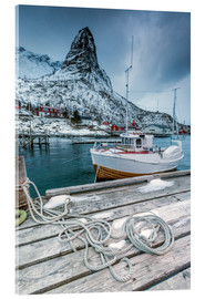 Cuadro de metacrilato  A boat moored in the cold sea in the background the snowy peaks. Reine. Lofoten Islands Northern Nor - Roberto Sysa Moiola