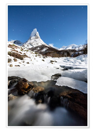 Póster Ice on rocks frames the granitic snowy peak of the Stetind mountain under the starry sky, Tysfjord,