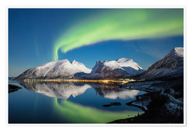 Póster Northern lights (aurora borealis) and stars light up the snowy peaks reflected in the cold sea, Berg