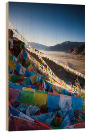 Cuadro de madera  Valley at sunrise with prayer flags, Tibet - Matteo Colombo