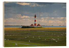 Cuadro de madera  Lighthouse Westerhever, cumulus clouds, salt meadow, watts, sheep - Rainer Mirau
