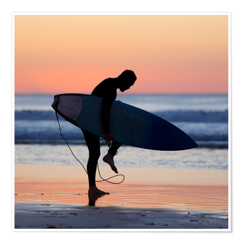 Póster Silhouette of male surfer on the beach