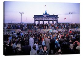 Lienzo  Berliners from East and West celebrating the opening of the border at the Berlin Wall