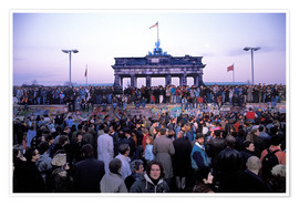 Póster  Berliners from East and West celebrating the opening of the border at the Berlin Wall